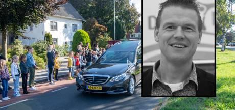 Dorp vormt erehaag voor overleden 'meester Kristian', die ook goed kon voetballen