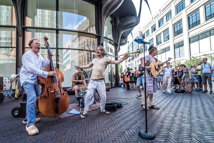 De 'Straat skaband' De Kiloknallers uit Leiden was de beste act tijdens het festival, aldus een jury van oude vrienden van Chuck en de organisatie.