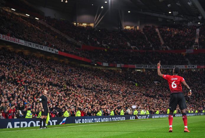 Paul Pogba dirigeert de tienduizenden fans op Old Trafford.