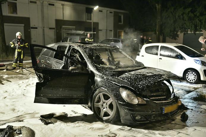 Ook de auto naast de Mercedes liep brandschade op.