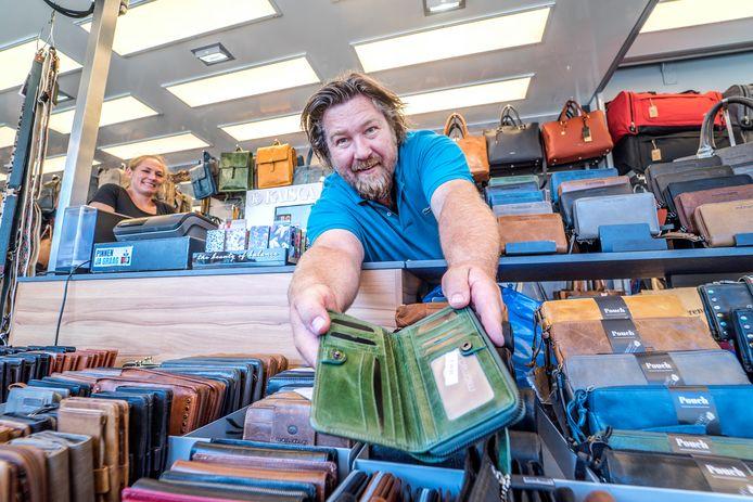 Marktkoopman Jeffrey van Breemen is blij dat hij op donderdag weer op de Markt mag staan met zijn non-food artikelen. Tenslotte moet er geld worden verdiend.