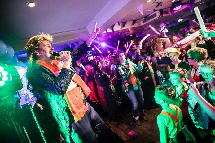 Riel kan zich weer opmaken voor een carnavalsfeest. Afgelopen jaar kwam Johnny Purple tijdes carnaval zijn nieuwste single 'Is 't Al-Aaf' presenteren.