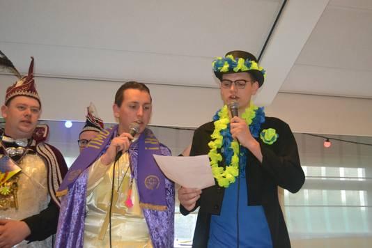 Timo de Veer (links) en Glenn Oosterwerff zingen voor aanvang van de campagnestrijd gezamelijk een meezinger in zorgcentrum Maasland.