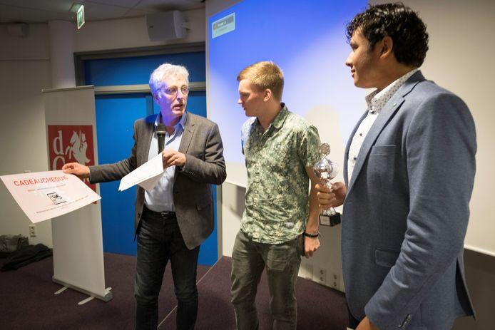 Redactiechef en jury-voorzitter Hans Gulpen feliciteert Rutger en Patrick met hun prijs.
