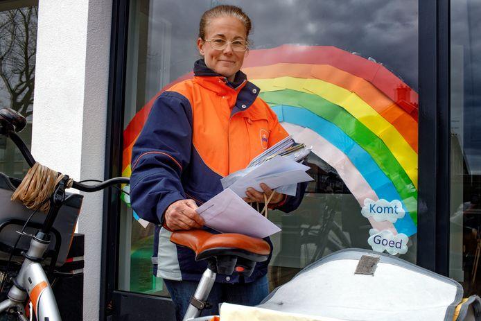 Waalwijk, 3 april 2020Postbezorger Esther van Beek over de post met corono.foto: Dolph Cantrijn
