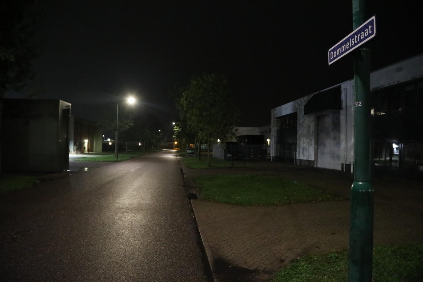 De Dommelstraat in Oss, waar de politie dinsdagavond een bedrijfspand doorzocht waar de overleden man werkte.