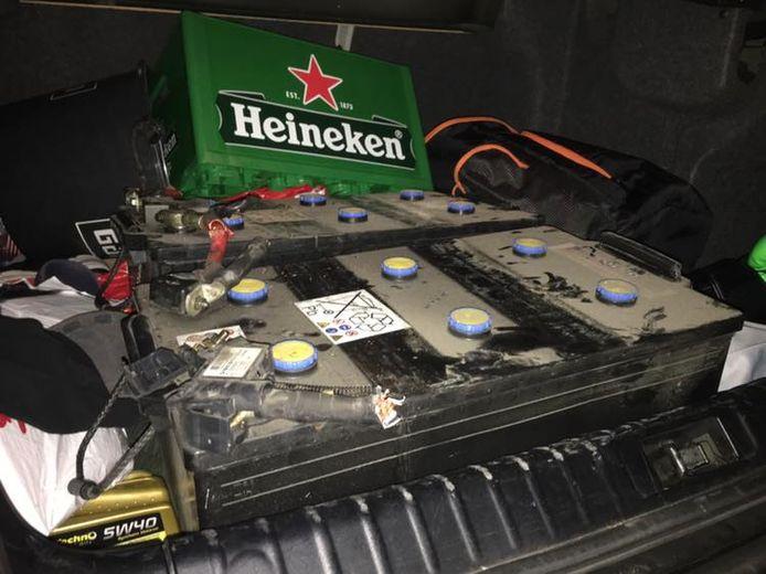 Vermoedelijk gestolen accu's die de politie aantrof in de kofferbak.