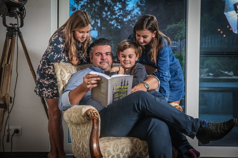 Nico Vidal geeft het Leuvens dialect door aan zijn kinderen Noor Ona en Leon.