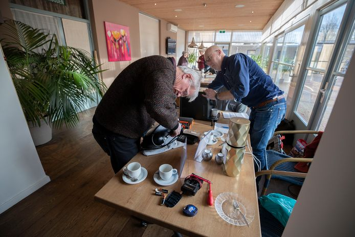 Inwoners kunnen kapotte spullen brengen en samen met 'deskundigen' repareren in het repaircafé in Steensel