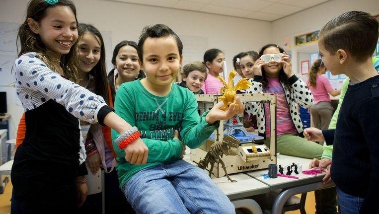 De kinderen van Basisschool Elzenhagen in Noord met hun 3D-printer Beeld Rink Hof