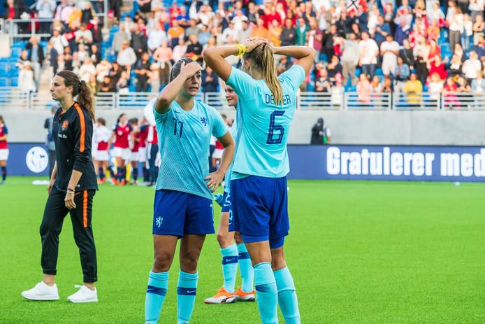 Teleurstelling bij de Leeuwinnen na het verlies van de kwalificatiewedstrijd tegen Noorwegen.