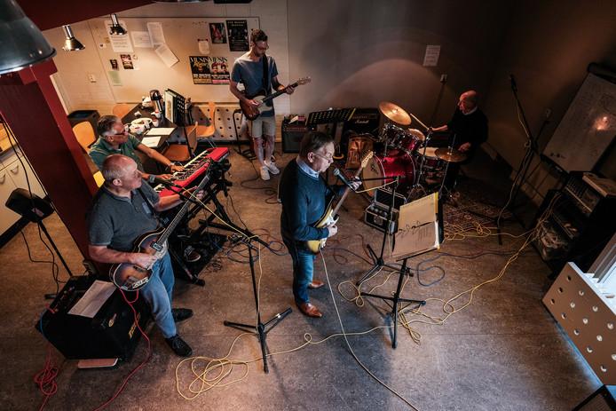 """De band Ruych oefent in Zevenaar voor Koningsdag Arnhem. Dat optreden is vaste prik. ,,Voor de vijfde keer op rij nu."""""""