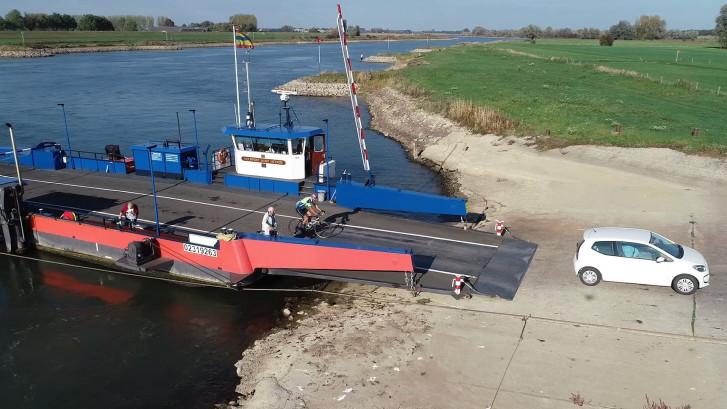 Veerponten op IJssel lopen vast door lage waterstand
