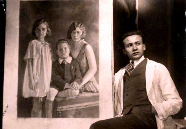 De Zultse kunstschilder Georges Dheedene bij een portret van enkele van de Van den Weghes die in de VS terecht kwamen.