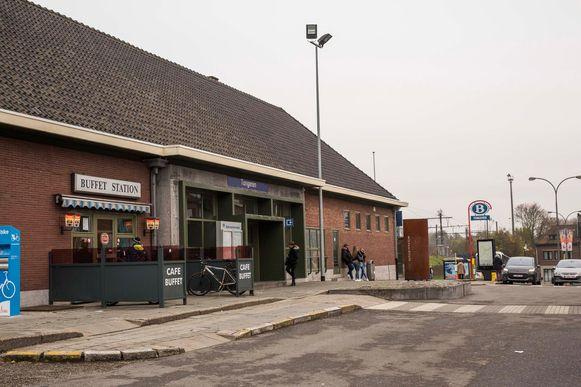 Het stationsgebouw gaat tegen de vlakte.