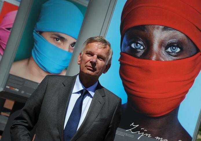 Herman Bolhaar, Nationaal Rapporteur Mensenhandel, kwam in Vlissingen de tentoonstelling over mensenhandel 'Open je ogen'  sluiten en luisteren naar het succesvolle project 'Jongeren en Seksueel Overschrijdend Gedrag'.