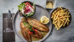 """Luc Bellings proeft sliptongetjes: """"Aan dit bord heb ik niet voldoende, wie hier honger heeft, eet zelfs die slechte frieten nog met plezier op"""""""