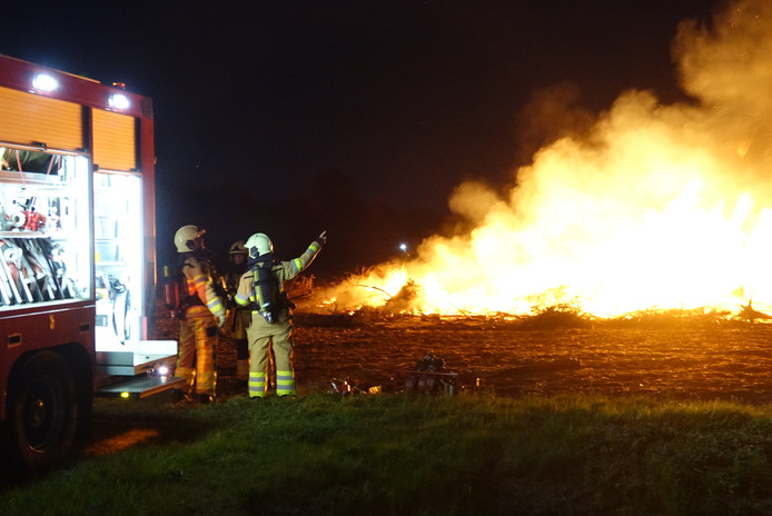 De brandweer rukte op Eerste Paasdag uit voor een illegaal paasvuur in Heemserveen.