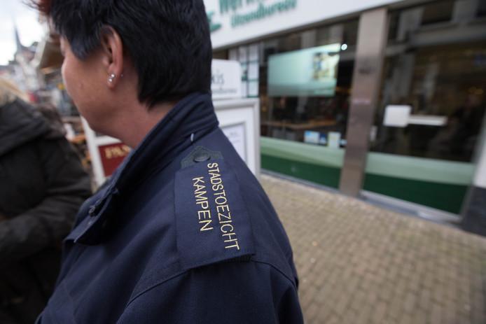 De gemeenteraad wil de stadswachten in Kampen niet zomaar van de straat halen.  (archieffoto)