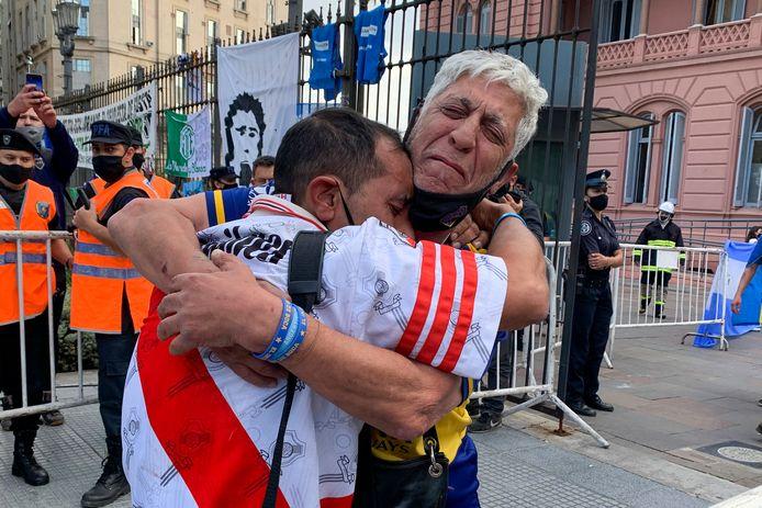 Fans van rivalen Boca Juniors en River Plate zoeken steun bij elkaar.