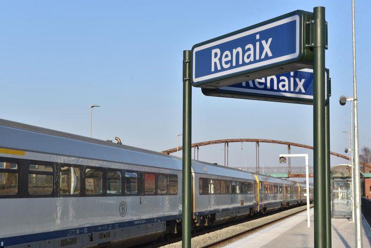 In het station van Ronse staan nu ook de Franse borden op de perrons.