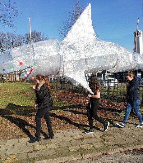 Plastic haai 'zwemt' over straat in Almelo
