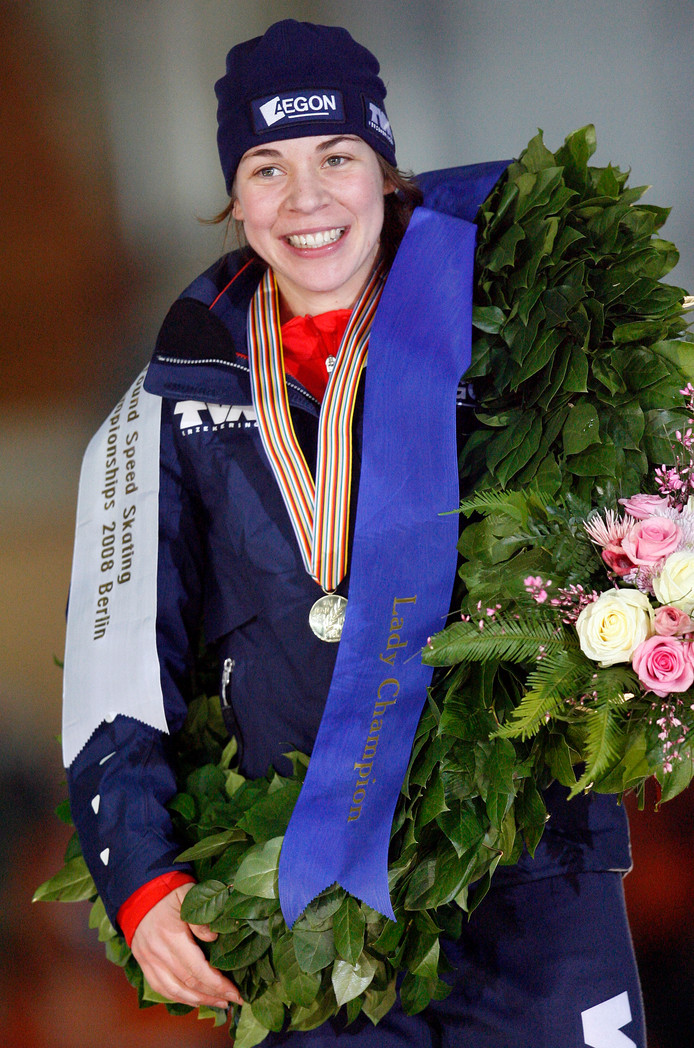 Paulien van Deutekom met krans en gouden medaille na het behalen van de wereldtitel allround in Berlijn in 2008.