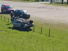 Auto op de kop van talud, inzittenden naar ziekenhuis
