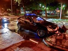 Dronken bestuurder botst tegen vluchtheuvel in Tilburg