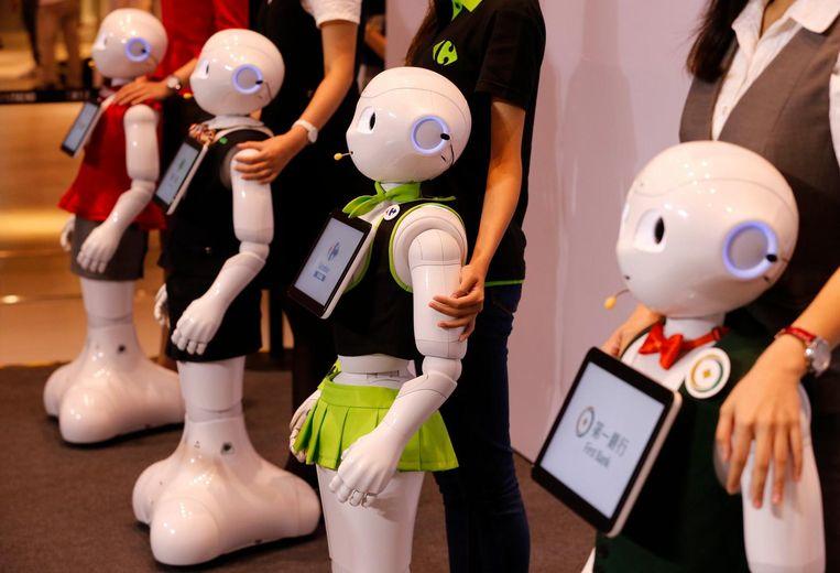 Robots van Softbank Pepper zullen bij bedrijven klanten gaan helpen. Beeld epa