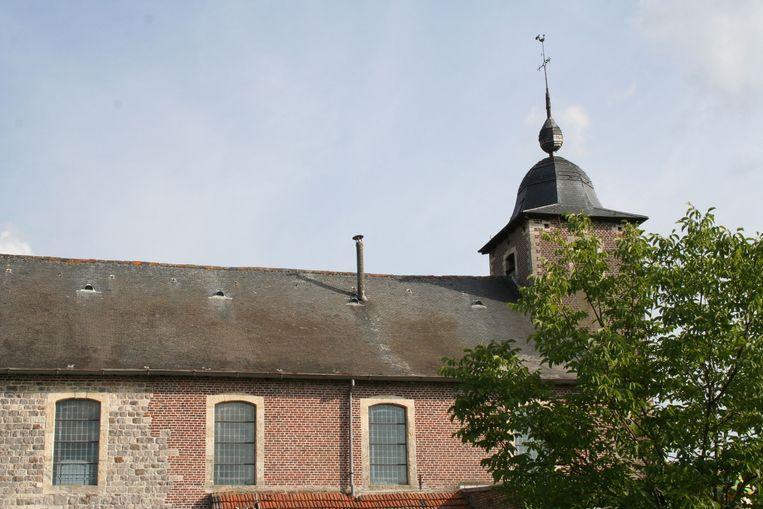 De Sint-Niklaaskerk van Outgaarden gezien vanuit de pastorietuin