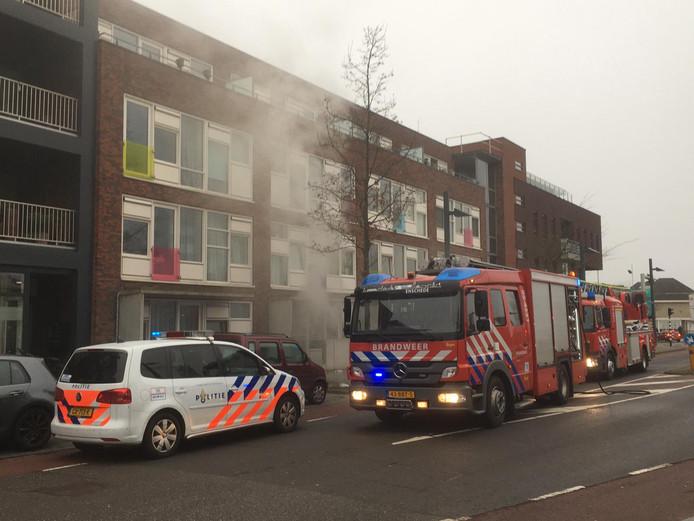 De hulpdiensten aan het werk bij de woningbrand.