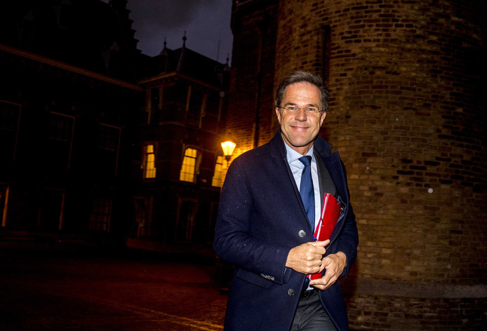 Mark Rutte (VVD) komt in het begin van de avond aan op het Binnenhof voor de gesprekken met informateur Gerrit Zalm.