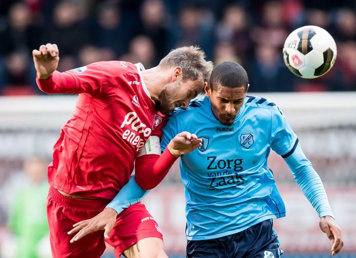 Stefan Thesker (links) in duel met Sébastien Haller van FC Utrecht. Foto: ANP Pro Shots
