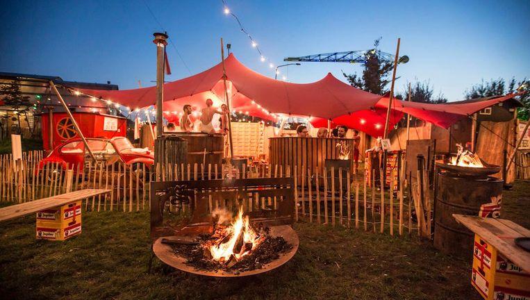 Vuur bij de camping op de NDSM-werf Beeld Eva Plevier