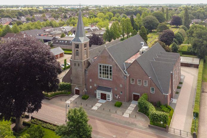 De kerktoren en kerk van de hervormde kerk in Staphorst.