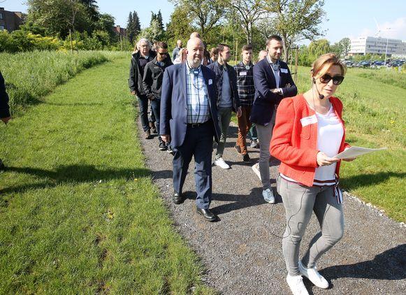 Afdelingshoofd Welzijn Isabelle Bosmans van Colruyt Group (op de voorgrond) gaf onderweg uitleg tijdens de inhuldiging van de wandelroutes