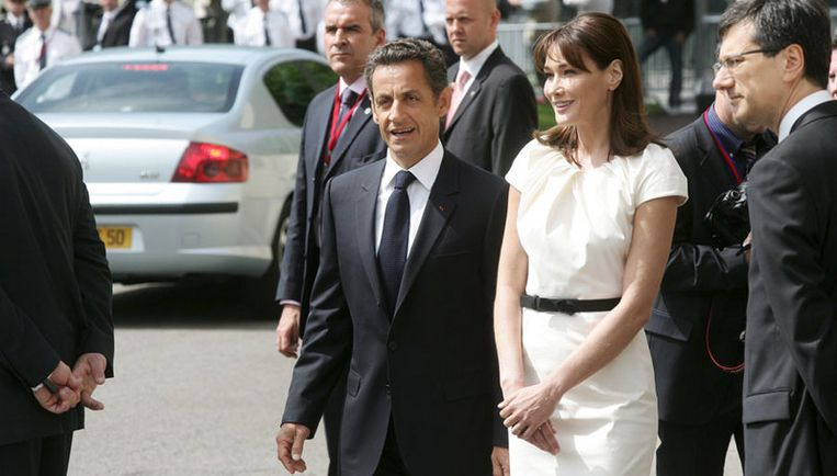 Sarkozy is naar het militair hospitaal Val-de-Grace gebracht, berichtten officiële bronnen. Zijn echtgenote Carla Bruni bevindt zich aan zijn zijde. Foto EPA Beeld