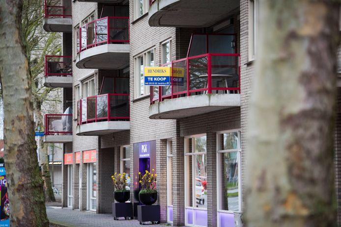 EINDHOVEN - Makelaarbordjes: Te Koop bij huizen in Eindhoven de huizenmarkt is verzadigd en er valt met moeite een huis te vinden (appartement op de St Jorislaan)