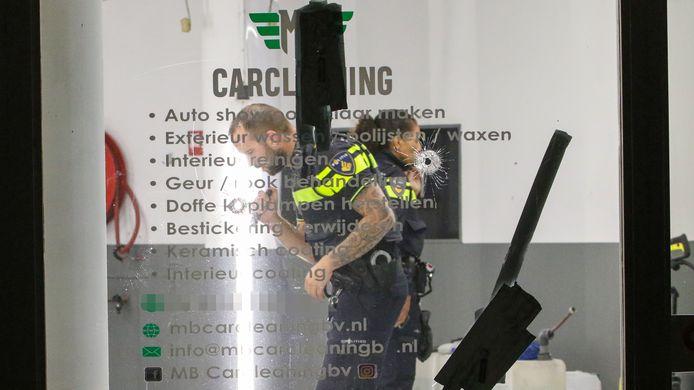 Onderzoek van de politie na de tweede beschieting van het autoschoonmaakbedrijf aan de Spoorstraat in Vlaardingen.