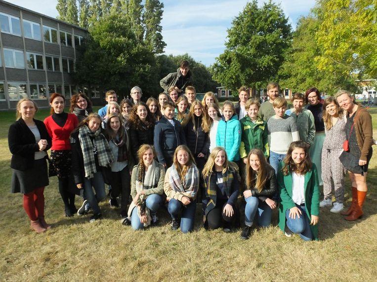 De leerlingen en leerkrachten van Erasmus De Pinte zijn klaar voor de verhalenroute. Uiterst rechts staat Isabelle Janssens (bruin jasje) van het Fonds Aurore Ruyffelaere.