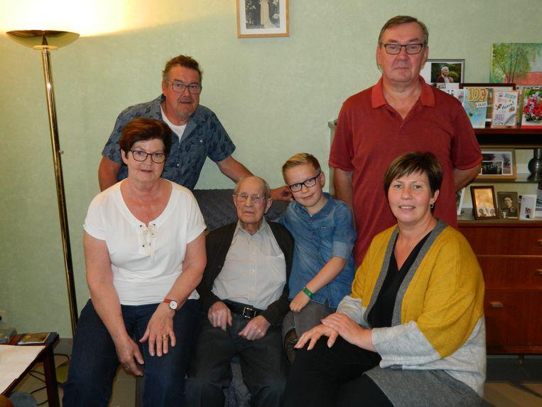 Urbain Heyndrickx tussen zijn hele familie.