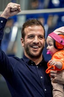 Rafael krijgt kusje van Jesslynn, Eva klimt in een paal