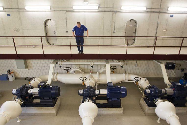 Een medewerker van Vitens in het waterpompstation in Leidsche Rijn.  Beeld ANP