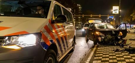 Auto vliegt uit de bocht en ramt verkeerspaal in Oosterhout