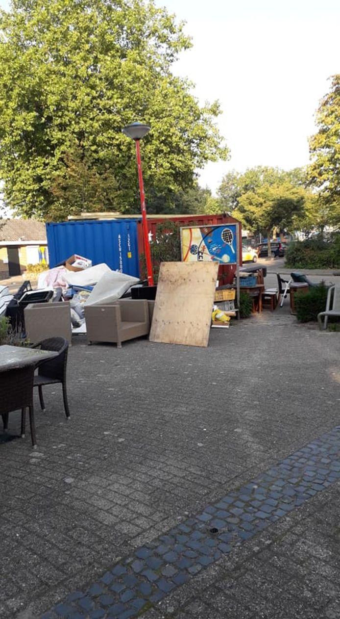 Kapotte huisraad, gedumpt op het terrein van De Schakel in Oudheusden.