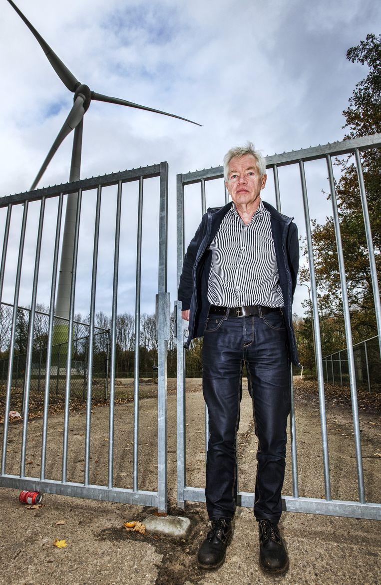 Jan de Vries bij de windmolen langs de A1 bij Deventer. Beeld Raymond Rutting / de Volkskrant