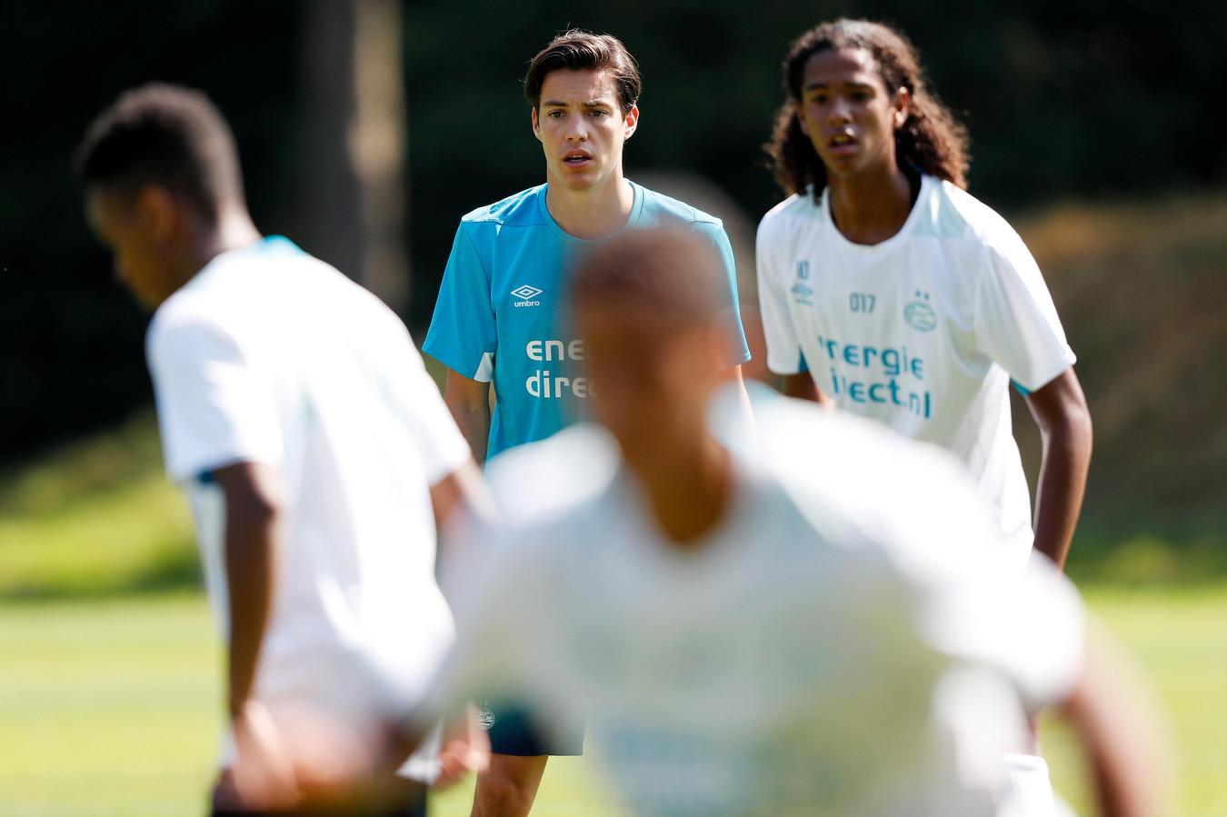 Assistent-coach Tim Wolf van PSV onder 19 en Nigel Lonwijk, vorige zomer bij PSV.
