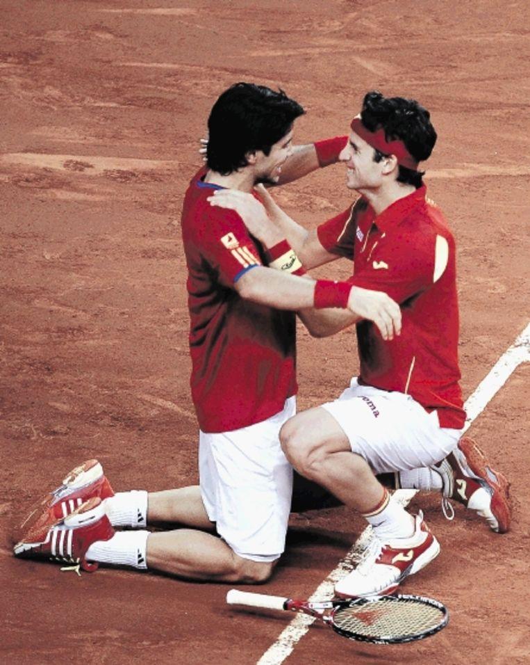 De Spanjaarden Verdasco (links) en Lopez zijn uitzinnig van vreugde na hun winst in het dubbelspel. (FOTO AP) Beeld AP