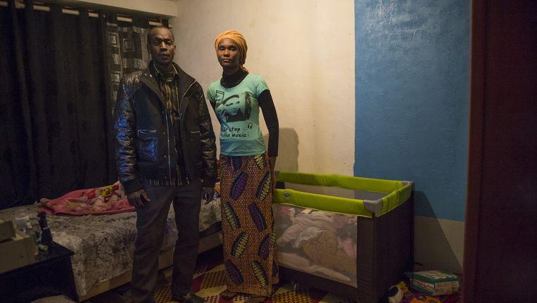 De woning van elektricien Mody en zijn vrouw uit Mali. Foto's uit Le Chêne Pointu in de Parijse voorstad Clichy sous Bois. Beeld Steven Wassenaar